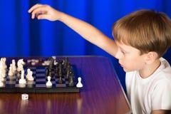 I bambini giocano un gioco da tavolo chiamato scacchi immagine stock