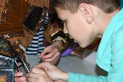 I bambini giocano una ricerca, forziere, serratura aperta del ferro, gioco, spettacoli, parco di divertimenti, gioco di ruolo, gr fotografia stock