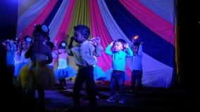 I bambini godono di di ballare e grido in scena video d archivio