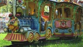 I bambini guidano sul piccolo treno elettrico in parco archivi video