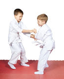 I bambini hanno preparato il pugilato d'allenamento di judo sulle stuoie Fotografia Stock Libera da Diritti