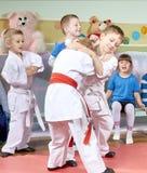 I bambini imparano in pugilato d'allenamento di judo di addestramento Fotografie Stock