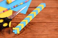 I bambini incartano il segnalibro su un fondo di legno marrone con il posto vuoto per testo Mestieri di carta creativi a casa o s Fotografia Stock
