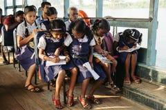 I bambini indiani ottengono alla scuola in barca Fotografie Stock
