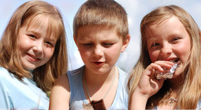 I bambini mangiano il cioccolato. immagine stock