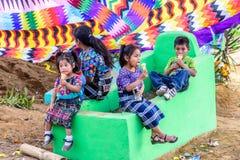 I bambini mangiano il gelato sulla tomba, festival gigante dell'aquilone, Santiago S fotografia stock