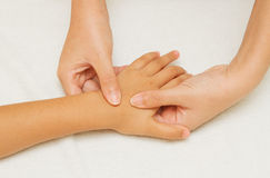 I bambini massaggiano con la mano della madre Fotografie Stock Libere da Diritti
