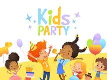 I bambini multirazziali gioiosi in cappelli e palloni di compleanno saltano felicemente Conigli svegli, un mazzo di presente sui  royalty illustrazione gratis
