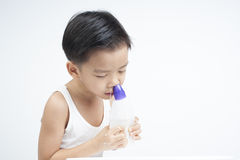 I bambini nasali puliscono dalla soluzione salina Immagini Stock
