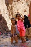 I bambini nel fiume del Todra si rimpinza di nel Marocco Fotografia Stock Libera da Diritti
