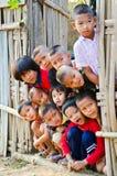 I bambini non identificati di un lunedì 5-12 anni si riuniscono per il photogra Immagini Stock Libere da Diritti