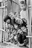I bambini non identificati di un lunedì 5-12 anni si riuniscono per il photogra Immagine Stock Libera da Diritti