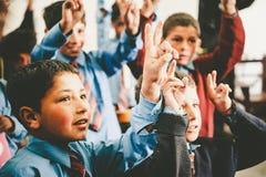 I bambini non identificati in un villaggio nel sud di Skardu stanno imparando nell'aula della scuola del villaggio Immagine Stock