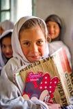 I bambini non identificati in un villaggio nel sud di Skardu stanno imparando nell'aula della scuola del villaggio Immagini Stock