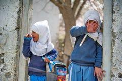 I bambini non identificati in un villaggio nel sud di Skardu stanno imparando nell'aula della scuola del villaggio Fotografia Stock