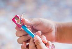 I bambini passano facendo uso del temperamatite Fotografie Stock