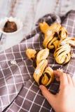 I bambini passano la presa del Palmiers delizioso con cioccolato su fondo di legno fotografie stock libere da diritti
