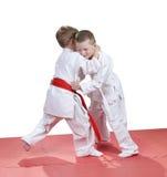 I bambini piccoli sono pugilato d'allenamento preparato di judo nell'asilo Immagini Stock