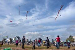 I bambini pilotano gli aquiloni su un occupato domenica pomeriggio su Galle affrontano il verde a Colombo, Sri Lanka Fotografie Stock Libere da Diritti