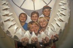 I bambini posano con la mandibola gigante del cetaceo a Shell Factory, Fort Myers, Florida Fotografia Stock