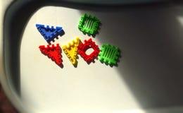 I bambini presentano con alcuni elementi dell'insieme della costruzione del giocattolo immagini stock