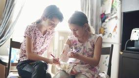 I bambini riuniscono su un braccio intonacato in una fasciatura la sorella incoraggia e si occupa di pi? giovane sorella malata archivi video