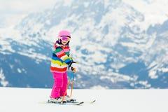 I bambini sciano Sport della neve della famiglia di inverno Corsa con gli sci del bambino fotografia stock