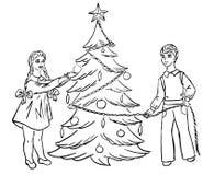 I bambini si agghindano l'albero di Natale Fotografia Stock