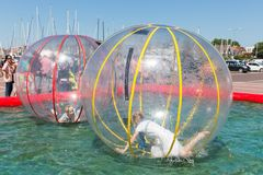 I bambini si divertono dentro i palloni di plastica su w Fotografia Stock
