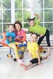 I bambini si sono agganciati nell'addestramento fisico immagini stock