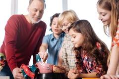 I bambini sinceri vivaci che fanno le domande riguardo al cuore funziona Fotografia Stock Libera da Diritti