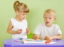 I bambini sono modellati da argilla Fotografie Stock