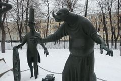 I bambini sono vittime dei vizi adulti Composizione scultorea come allegoria della lotta contro i vizi diabolici e pubblici fotografia stock