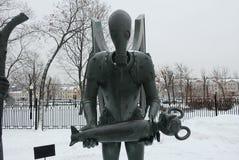 I bambini sono vittime dei vizi adulti Composizione scultorea come allegoria della lotta contro i vizi diabolici e pubblici immagini stock libere da diritti