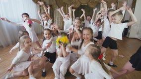 I bambini sorridono ballo e fanno la prestazione nell'asilo stock footage