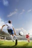 I bambini stanno giocando a calcio sulla grande arena fotografia stock