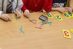 I bambini stanno giocando Giochi educativi Un bambino nell'asilo Le mani di un bambino Bambino delle dita Giochi per giovane fotografia stock libera da diritti