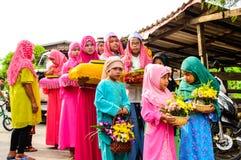 I bambini stanno nella fila prima dell'inizio per la graduazione del Corano. Fotografia Stock
