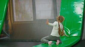 I bambini stanno saltando sul trampolino stock footage