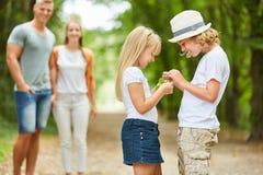 I bambini stranamente esaminano un ritrovamento fotografie stock libere da diritti