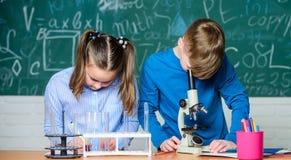 I bambini studiano la chimica Lezione di chimica della scuola Laboratorio della scuola Istruzione scolastica Ragazza e ragazzo co fotografia stock