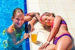 I bambini sull'acquascivolo bevono da vetro a aquapark Fotografia Stock