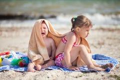 I bambini sulla spiaggia sono coperti Immagini Stock Libere da Diritti