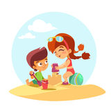 I bambini svegli che costruiscono la sabbia fortificano sulla spiaggia dell'estate Fotografia Stock