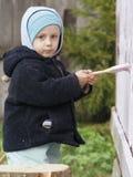 I bambini tingono il portico della casa rurale   Fotografia Stock Libera da Diritti