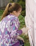 I bambini tingono il portico della casa rurale   Immagini Stock Libere da Diritti