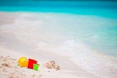 I bambini tirano i giocattoli in secco sull'acqua bianca del turchese del fondo della spiaggia sabbiosa Fotografia Stock Libera da Diritti