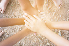 I bambini uniscono le mani Immagini Stock