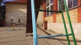I bambini vuoti fanno scorrere in parco di estate stock footage