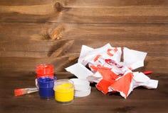 I barattoli con di pittura colorata multi, la carta sgualcita con il drawi Fotografie Stock